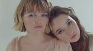 玛迪和凯特琳·德弗加强了他们在比乌拉赫贝尔的姐妹关系